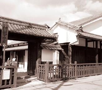 人蔵や商家の軒庇が連なる東海道の街並み